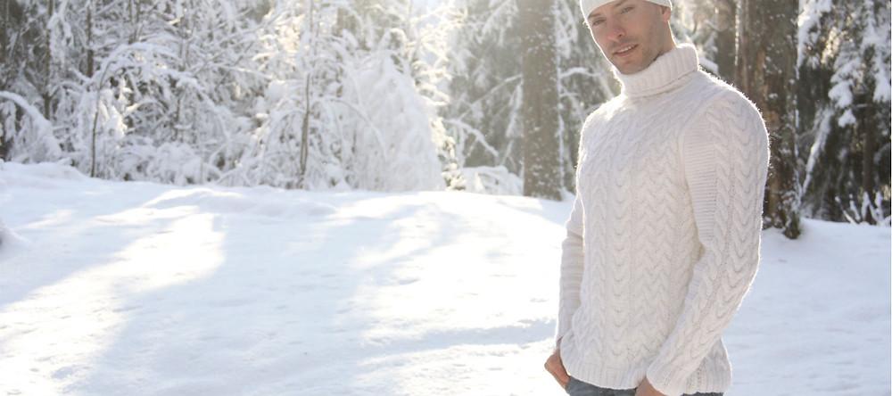 белый свитер с косами и высоким воротом на спицах из шерсти купить в спб