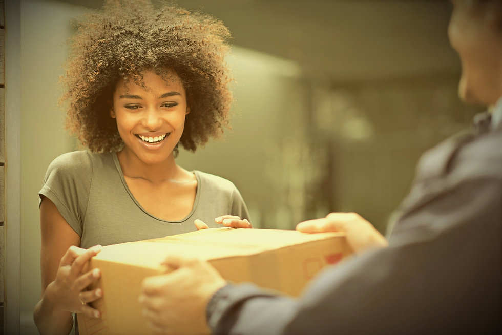 koerier levert pakje aan tevreden klant