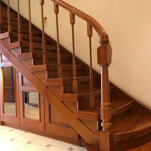 Великолепная лестница из дорогих пород дерева