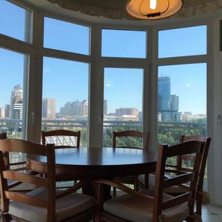 На кухні встановлено якісний італійський набір з круглого столу та 6-ти стільців