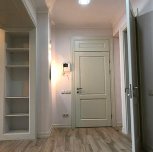 Вид з коридору на вхідні двері