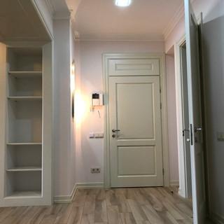 Вид из коридора на входную дверь