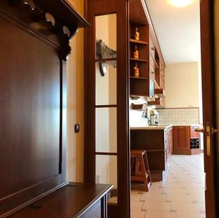 Виден вход в кухню