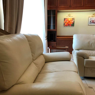 В гостиной 2 кожаных дивана с раскладной системой