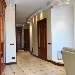 Гостиная украшена декоративной нишей с подсветкой
