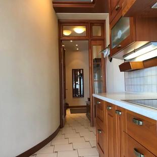 Вид из кухни в холл
