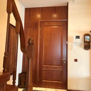 Вид на вхідні двері