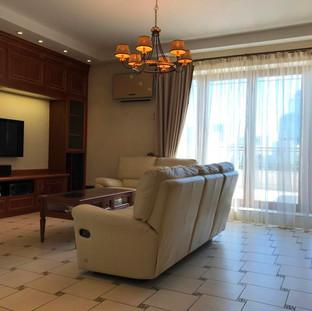 Гостиная обставлена дорогой мебелью