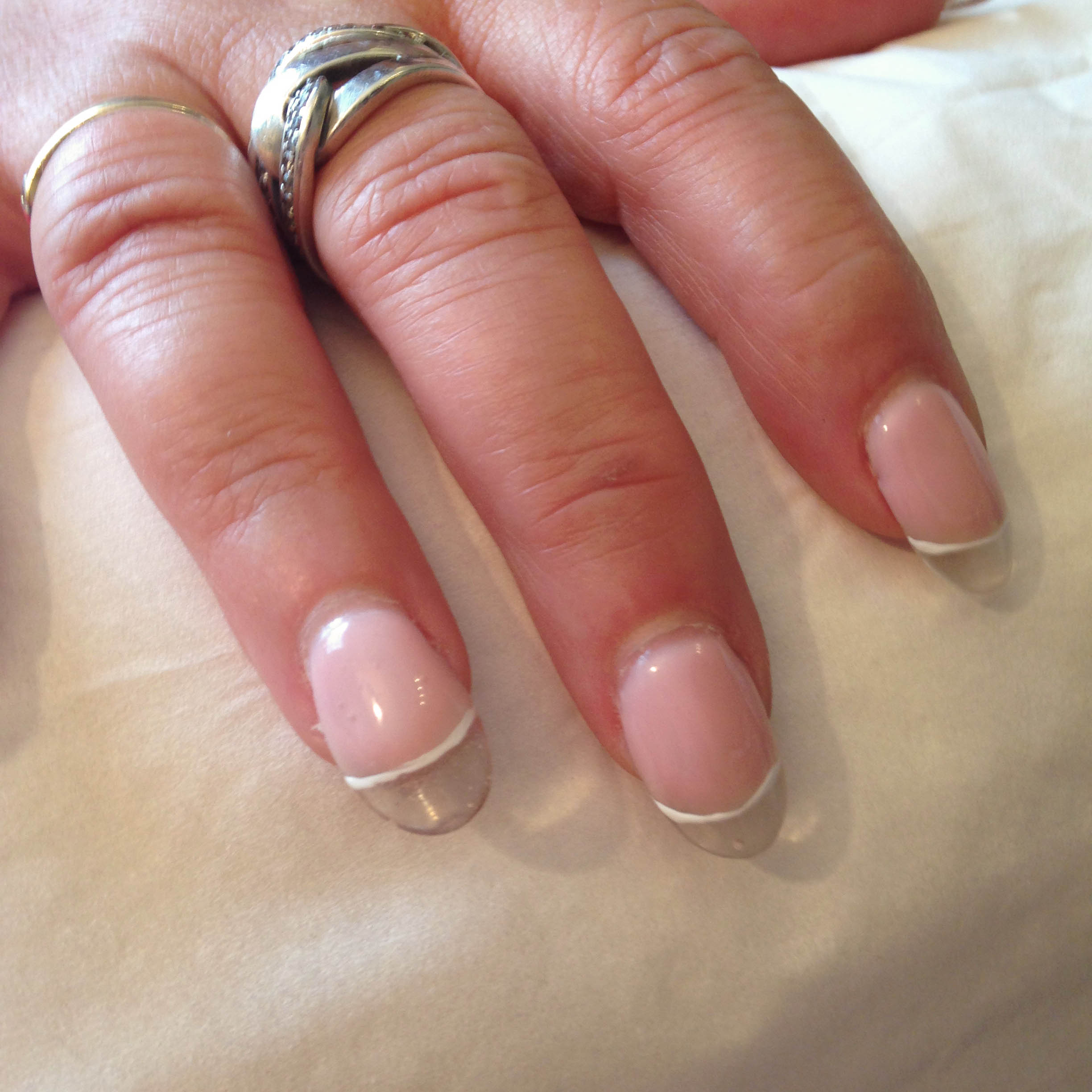 Ongles rose trait blanc