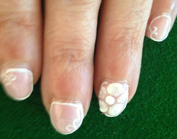Ongles fleurs blanches 2