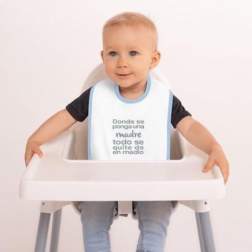 Babero bebé bordado 'Donde se ponga una madre todo se quite de en medio'