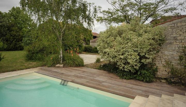 La piscine nichée au coeur du jardin
