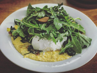 Polenta with fresh corn and a poached egg