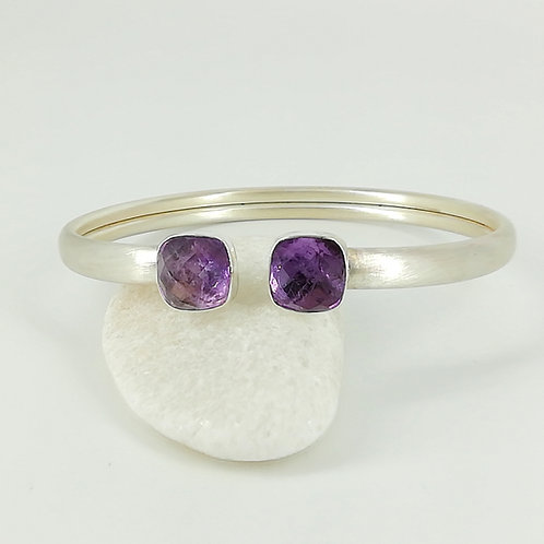 Bangle bracelet with doublet stone