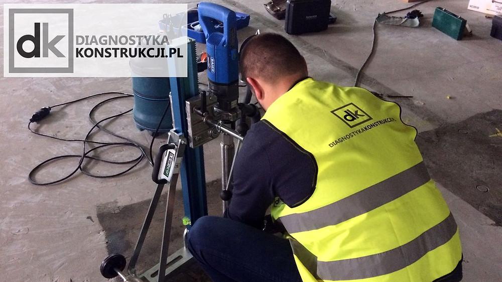 Wykonywanie nacięcia powierzchni przed badaniem pull-off