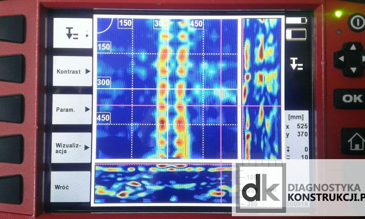 Na skanie obrazowym (ImageScan) stropu gęstożebrowego wykonanym systemem X-Scan w zależności od ustawienia parametrów analizy jesteśmy w stanie przeanalizować znacznie więcej - przy tych parametrach skanowania doskonale widoczny jest przebieg zbrojenia głównego belki stropu, na dolnym przekroju da się zauważyć obecność sygnału układającego się w kształt pustaków stropowych.
