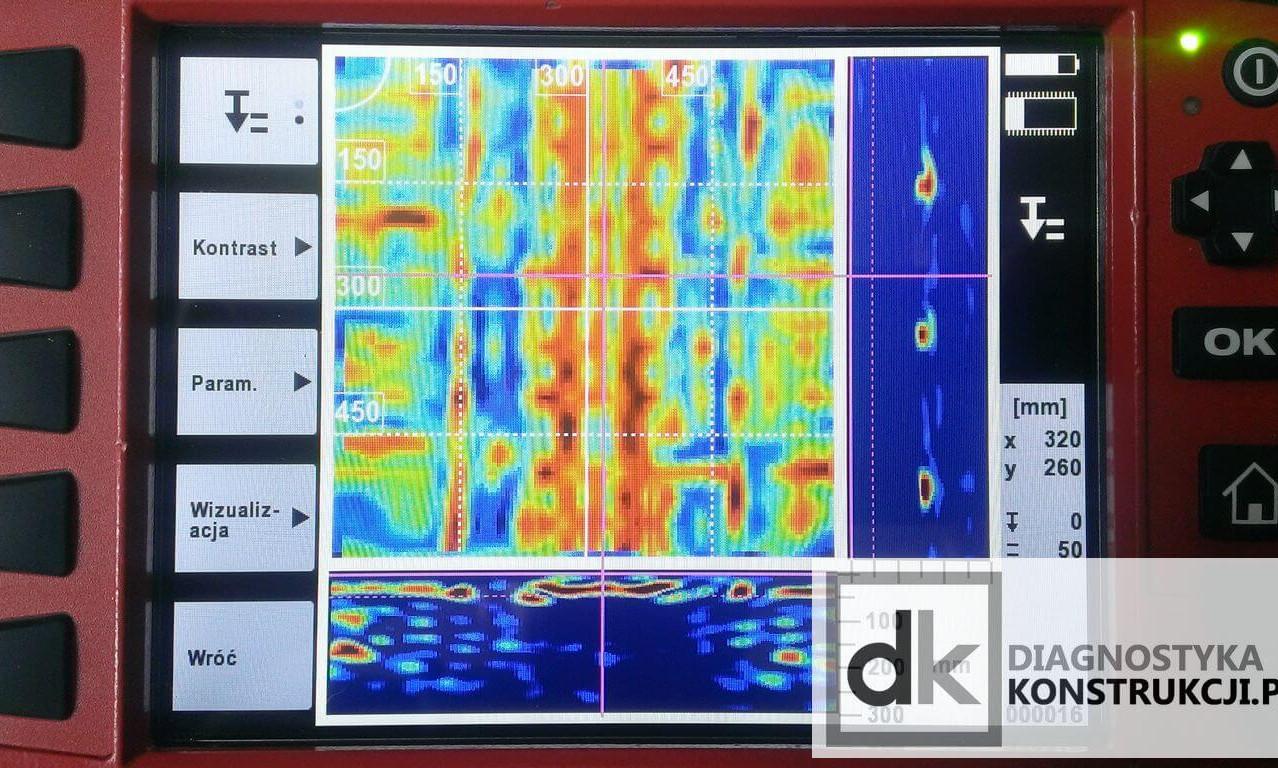 Na tym samym skanie obrazowym (ImageScan) stropu gęstożebrowego wykonanym systemem X-Scan po zmianie ustawienia parametrów analizy - na dolnym przekroju da się wyraźnie zauważyć obecność sygnału układającego się w kształt pustaków stropowych.