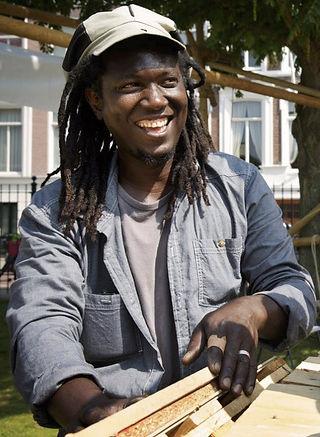 Ibrahim 'Lodia' Diallo is van veel markten thuis en maakt ook maatwerk. Deze foto is genomen op de Bouwspeelplaats Centrum door Fleur Beemster
