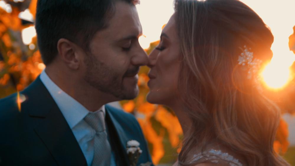 noivos se beijando no por do sol, casamento ao ar livre, casamento do vale dos vinhedos, casamento nas casas valduga, casamento em bento gonçalves