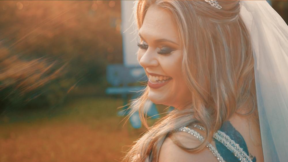 Noiva sorrindo no por do sol, casamento ao ar livre