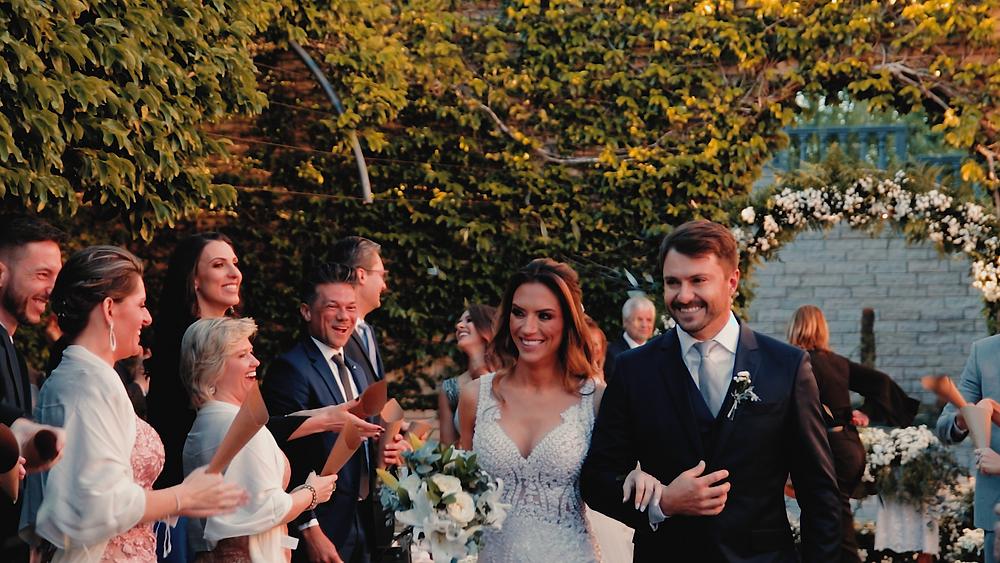 saída dos noivos após a cerimônia, casamento ao ar livre, casamento do vale dos vinhedos, casamento nas casas valduga, casamento em bento gonçalves