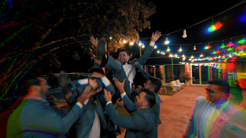 Padrinhos jogando noivo para cima, varal de luzes, casamento ao ar livre, pose para fotos com padrinhos