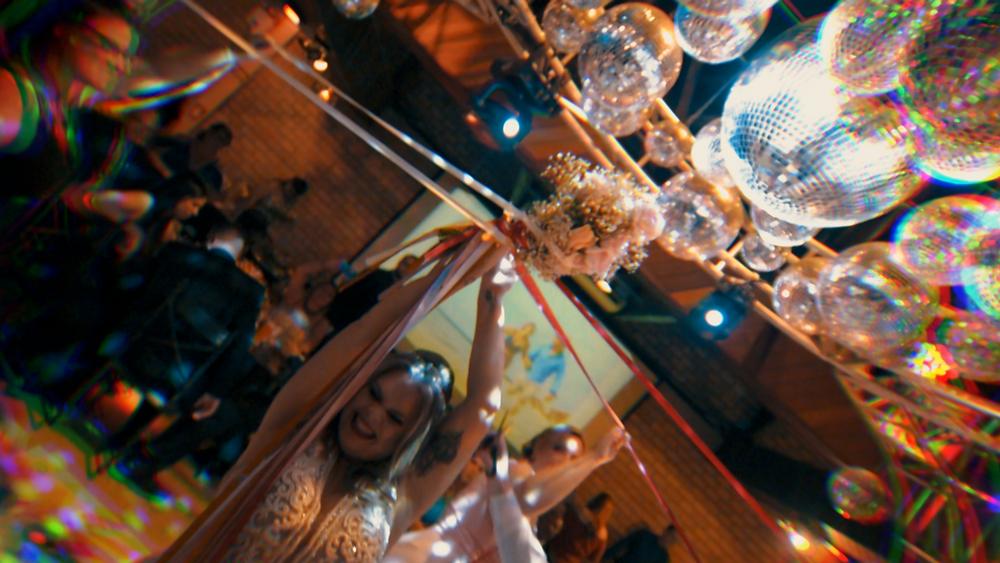 Noiva segurando um buquê de fitas, casamento, madrinhas