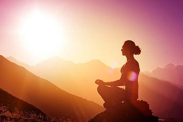mulher-meditando-montanhas.jpg