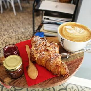 Gerçek bir Fransız kahvaltısı için uzaklara gitmeye gerek yok 😉🗼😀 #leonecroissant  #leonepatisserieboulangerie #leonepatisserie #leone #pati