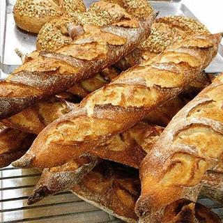 Gerçek bir baget ekmeği görmek ve tatmak için Léone'ye gelebilirsiniz, hatta gelmişken Léone'nin sizin için yaptığı reçellerden ve Fransız p