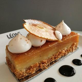 Karşınızda _Tarte Tatin_ 🎉 Léone milföy hamuru üzerinde Bourbon vanilyalı creme patissiere, incecik dilimlenmiş karamelize elma katları ve c