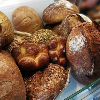 Lezzetli, ekşi maya bir ekmekle kahvaltı yapabileceğiniz yeri biliyorsunuz 😀👌 #leonecroissant  #leonepatisserieboulangerie #leonepatisserie_