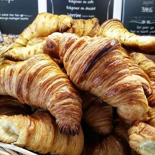 Ufak bir çıtırtı, biraz tereyağ kokusu ve mis gibi bir kahve 😌 Pazartesi gününe neşe katabilir 🎈😉👍 #leonecroissant  #leonepatisserieboulange