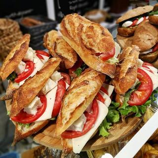 Gerçek bir Fransız baget ekmeği tatmak isterseniz Léone'ye bekliyoruz 😘 #leonecroissant  #leonepatisserieboulangerie #leonepatisserie #leone