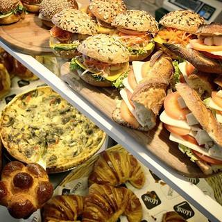 Tatlılara geçmeden, lezzetli bir sandviç çok güzel olmaz mı_  #leonepatisserieboulangerie #leonepatisserie #leone #patisserie #boulangerie #