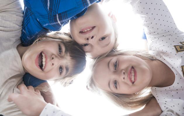 Grupo de crianças sorrindo