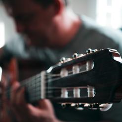 Tocando violão