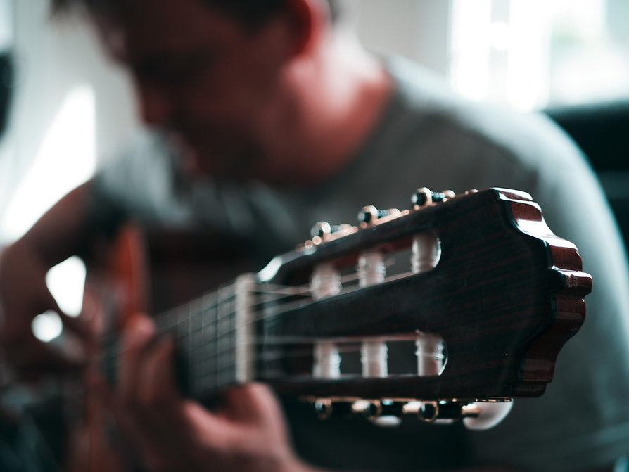 ギターを弾いています