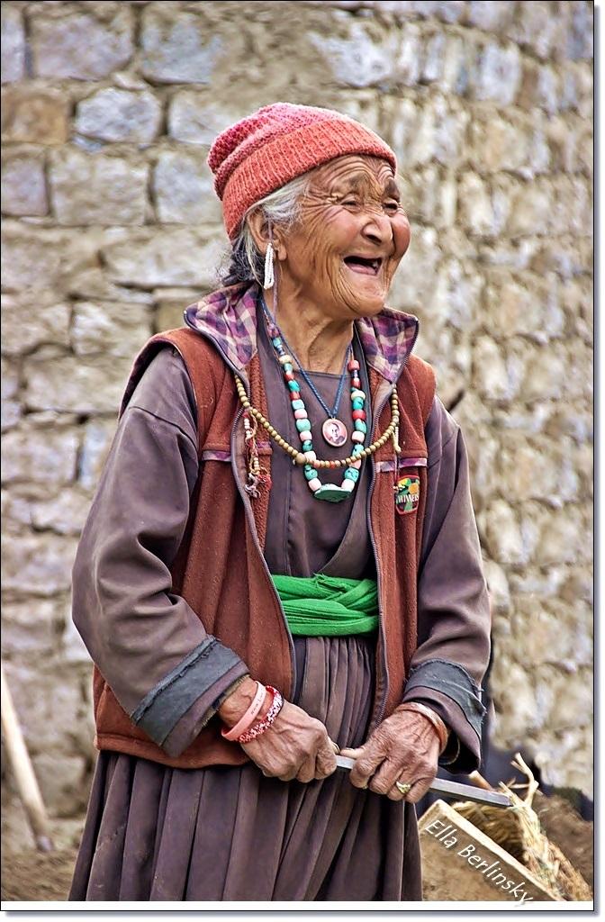 זקנה צוחקת.jpg