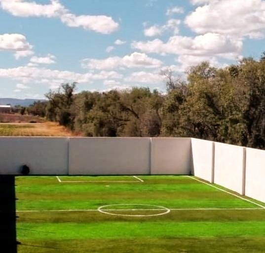 Cancha de Futbol 5 con Pasto Sintético  fibrilado franjeada