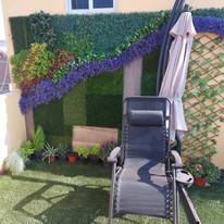 Terreza decorada con Pasto Sintético y follaje