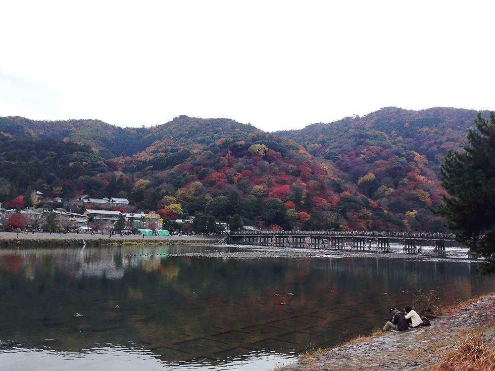 嵐山是京都的著名地標,渡月橋總是人來人往,在春秋兩季人潮可以填滿橋的兩側!