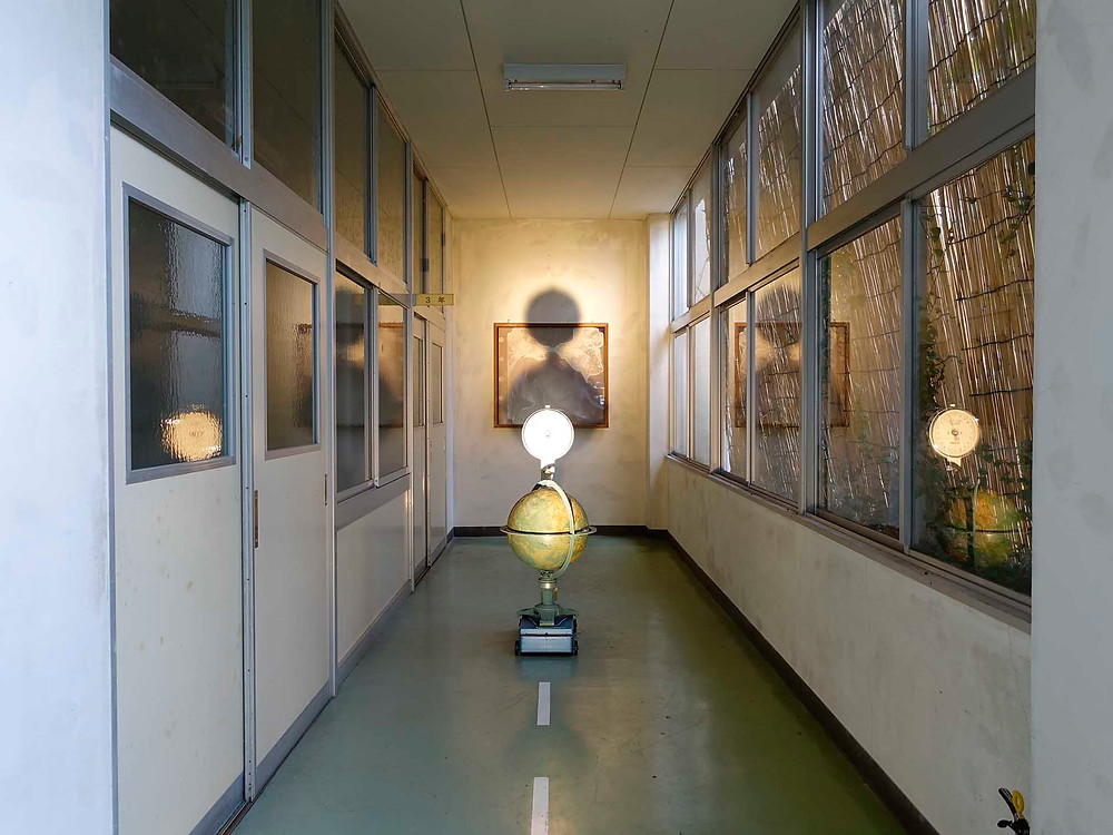 aw07 過ぎ去った子供達の歌:走廊中心的地球儀在轉動。