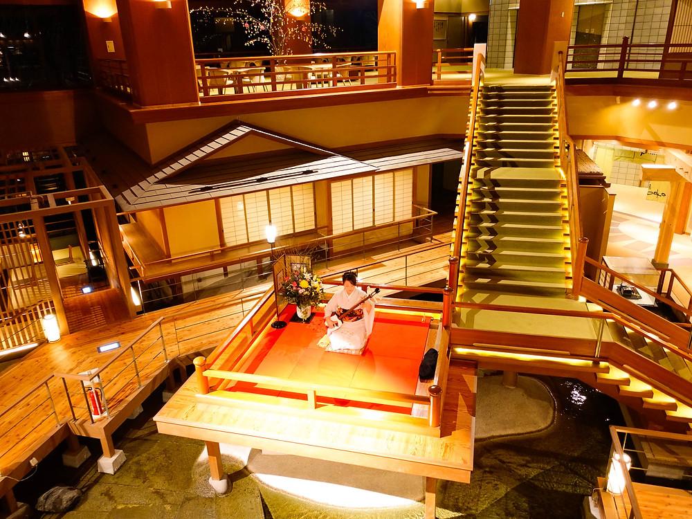位於福島的大川莊,大堂設計非常特別,樓梯縱橫交錯,令人想起漫畫中的無限城。