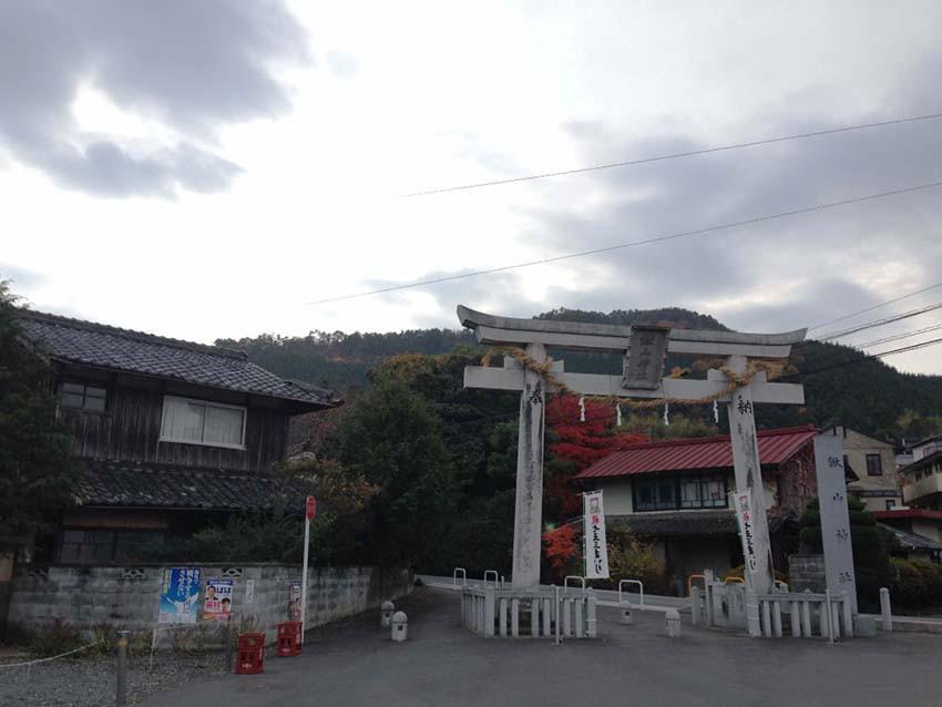 位於龜岡(京都市以西)的鍬山神社是遊人較少的賞楓景點,內裡超級美。