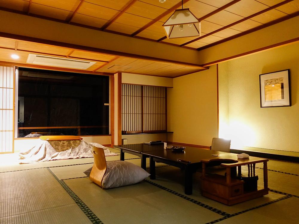 房間比一般溫泉旅館還要大,冬天可以坐在窗邊的小桌子賞雪。