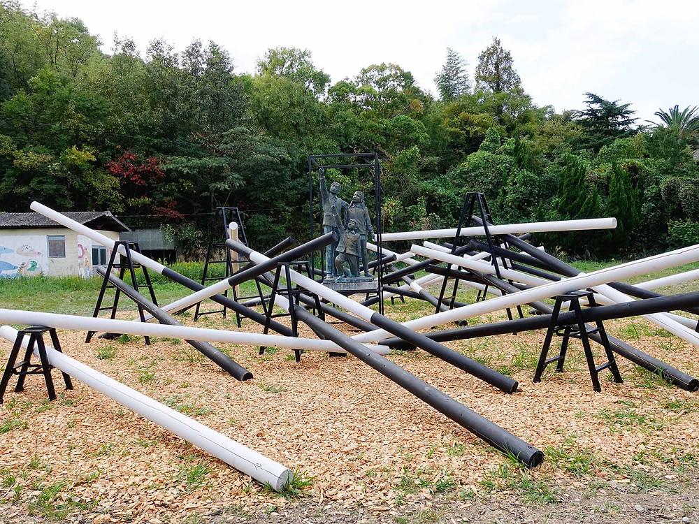 aw07 過ぎ去った子供達の歌:校庭中間的兒童銅像