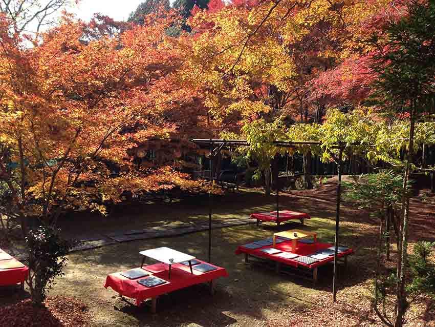 在前往高雄神護寺的途中有不少食店,價錢比市內略貴。