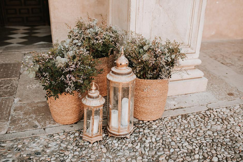 decoración puerta iglesia cestos