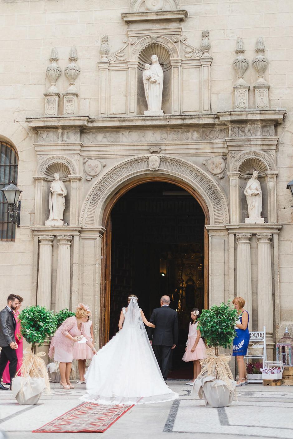 novia entrando iglesia boda